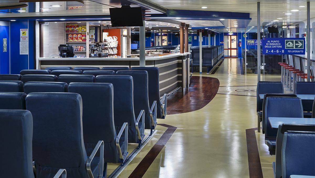 Un bar invitante proprio al centro del nostro traghetto.